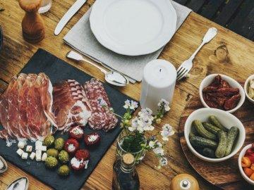 Przekąski na stole - Pomysł na podanie przekąsek. Talerz jedzenia na stole.