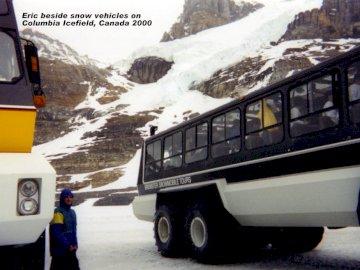 Układanki rodzinne - Pojazdy Rocky Mountains. Samochód zaparkowany na ośnieżonej górze.