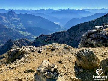 """La Tournette - Ce munte oferă cea mai frumoasă priveliște a lacului Annecy? La Tournette, desigur! Poreclit """"C"""
