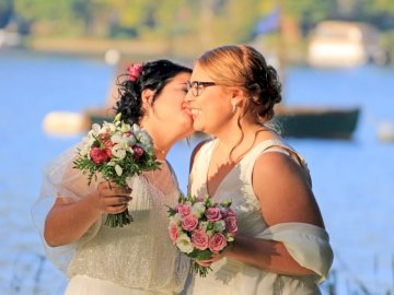 marine marine - mariage mariage mariage mariage mariage mariage. Une femme tenant une fleur.