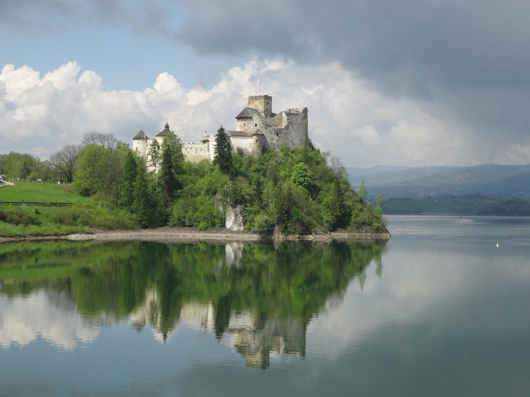 Linda Polônia - Toda a Polônia é linda - Castelo em Niedzica. Um castelo no topo de um lago cercado por um corpo de água (8×5)