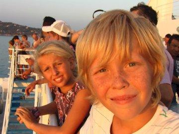 Viaggiatori in barca - I giovani tornano dalla Corsica. Un gruppo di persone che sorridono e che prendono un selfie.