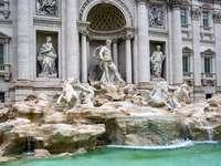Fontanna di Trevi - Fontanna di Trevi, Rzym. Duża kamienna statua przed Fontanną di Trevi.