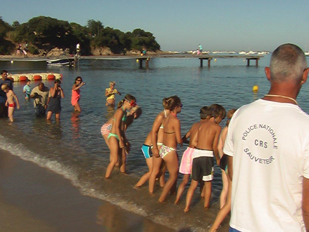Ο δυνατός - Ο αγώνας των δίαθλων στην Κορσική. Μια ομάδα ανθρώπων που κολυμπούν στο νερό (15×10)