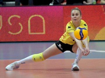 Aleksandra Krzos - Aleksandra Krzos - KS DevelopRes Rzeszów saison 2019/2020. Aleksandra Krzos sur un court avec une r