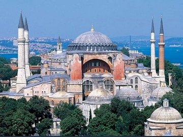 Piękny Istambuł - Piękny Istambuł , Hagia Sophia , panorama. Duży biały budynek z Hagią Sophią w tle.