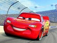 Zygzak McQueen - Puzzle przedstawiające Zygzaka. Żółty i czerwony samochodzik na drodze.