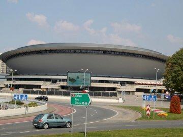 """Spodek à Katowice - Salle de divertissement """"Spodek"""" à Katowice. Une voiture garée au bord d&#39"""