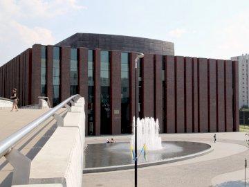 NOSPR Katowice - Orchestre symphonique de la Radio nationale polonaise à Katowice. Un pont sur une route.