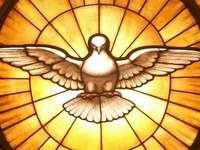 pentecostes - imagem do Espírito Santo. Um close-up de um banco de metal.