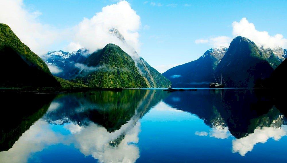 Zatoka Milforda (Milford Sound) - Zatoka Milforda to zatoka na Wyspie Południowej w Nowej Zelandii. Ze względu na charakterystykę g