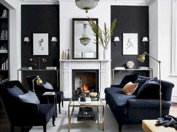 Bianco e nero in salotto - Squisito soggiorno in bianco e nero. Un soggiorno pieno di mobili e un camino seduto su una sedia.