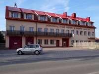 Mijn stad - brandweerkazerne - Karakteristieke gebouwen van kleine steden. Een auto geparkeerd aan de zijkant van een gebouw.