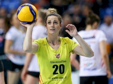 Daria Przybyła - Daria Przybyła - KS DevelopRes Rzeszów 2019/2020. Une personne tenant une boule jaune.