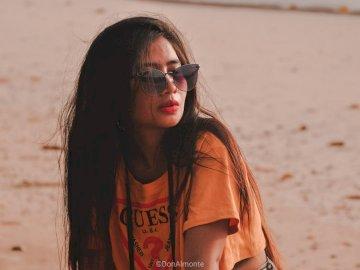 Eba Garce à Talaudyong - Femme portant des lunettes de soleil. Philippines. Une femme portant des lunettes de soleil posant p