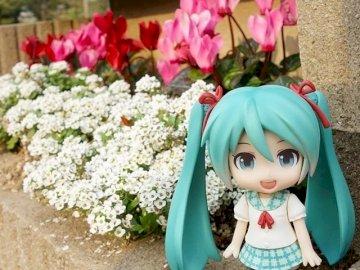 Kwiaty Miku 2 - Miku i piękne kwiaty. Troszkę dziewczyna stoi przed kwiatem.