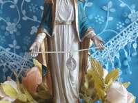 Belle Vierge Marie Immaculée avec la Médaille Miraculeuse