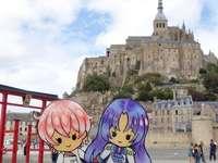 En el Mont-Saint-Michel - Mont-Saint-Michel visto por los nendoroids. Un grupo de personas caminando frente a un edificio.