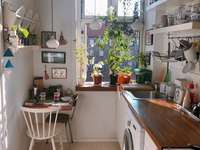 Petite cuisine - une petite cuisine avec une fenêtre. Une cuisine avec table à manger.