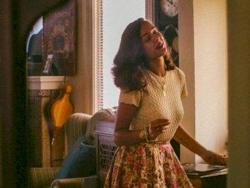 Donna che balla - una donna che balla nella sua stanza. Una donna in piedi davanti a uno specchio in posa per la fotoc