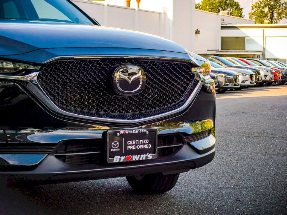 En Mazda CX-5 2020 delades i en - Svart Mazda fordon. Fairfax Virginia. En bil parkerad på en parkeringsplats (10×10)