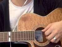 Homme jouant de la guitare - jeune homme, jouer guitare. Une personne tenant une guitare.