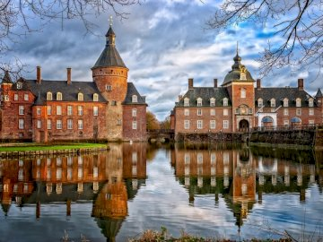 ROMANTISCHES PARKHOTEL WASSERBURG ANHOLT - ROMANTISCHES PARKHOTEL WASSERBURG ANHOLT. Eine Burg mit Wasser im Hintergrund.