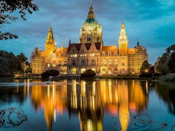 Hanovre, Basse-Saxe, Allemagne - Hanovre, Basse-Saxe, Allemagne. Un château d'eau devant un lac.