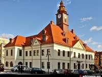 Municipio di Lubin - edificio del municipio di Lubin. Una piccola torre dell'orologio di fronte a una casa con il Ca
