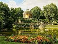 táj - Nyár, park, virágok és pavilon. Kert vízzel egy ház előtt.