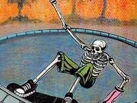 Skating Skeleton - un squelette de patinage cool, des palmiers à l'arrière, un ciel orange. Une peinture sur le