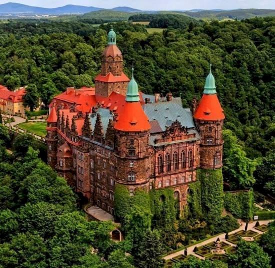 Ksiaz kastély - Kirakós játék: Ksiaz-kastély. A kastély egy vasúti pályán fákkal a háttérben (10×10)