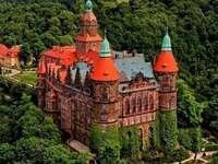 Castelo de Ksiaz. - Quebra-cabeça: Castelo de Ksiaz. Um castelo em uma trilha de trem com árvores ao fundo.