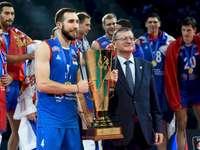 Equipe de vôlei da Sérvia - Equipe de vôlei da Sérvia. Nemanja Petrić et al. em frente a uma multidão.
