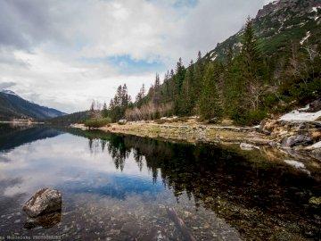 merveilleux Morskie Oko - Morskie Oko merveilleux, magique, attrayant ... Un plan d'eau avec une montagne en arrière-