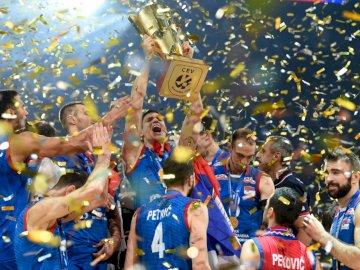 L'équipe de Serbie de volleyball - L'équipe de Serbie de volleyball. Un groupe de joueurs de football posant pour une photo.