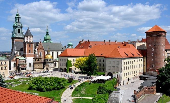WAWEL - KRAKÓW - Вавел Краков - изглед към Вислата. Голяма тухлена сграда с трева и дървета (4×4)