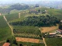 Paysage rural plus simple - Paysage rural. Photo d'un paysage rural italien. Une vue sur une montagne. Paysage de campagne.