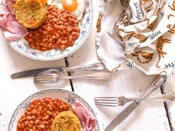 Brunch, nourriture - Haricots bruns sur plaque en céramique blanche. Belgique. Une assiette de nourriture sur une table.