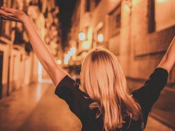 «Le monde est grand et je veux - Femme en haut noir. San Jose / DC. Une femme vêtue d'une robe noire.