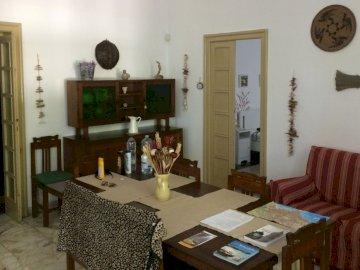 salone .. - salotto retrò Un salotto pieno di mobili e TV.