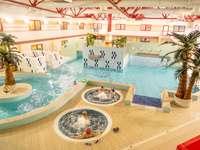 Parque Aquático no Centro Municipal de Esportes e Recreação - A imagem mostra um parque aquático localizado no Centro Municipal de Esportes e Recreação de Dęb