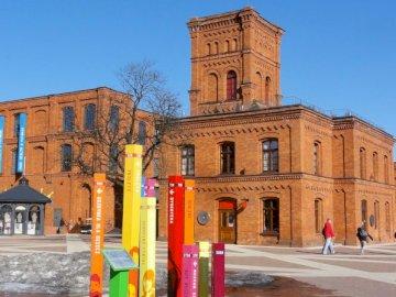 Manufaktura - Kolejne miejsce, które znają wszystkie przedszkolaki. Duży ceglany budynek z zegarem na poboczu d