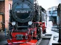 Online spel. - Online puzzels. Logische puzzel. Een trein op een stalen spoor.