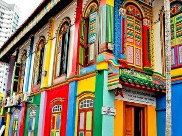 Kolorowe budynki - Kolorowa zabudowa w Singapurze. Kolorowy budynek w tle.