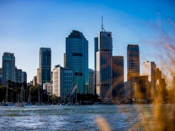 Dziękujemy za skorzystanie z naszych zdjęć! - Miasto linia horyzontu pod jasnym niebieskim niebem podczas dnia. Brisbane, Australia. Duży zbiorni