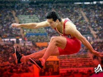 Weitsprung - Sprung des spanischen Rekordspielers Yago Lamela 8,56 m lang. Ein Mann in einem roten Hemd springt i