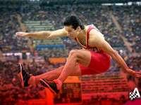 Saut en longueur - Saut du recordman espagnol Yago Lamela de 8,56 m de long. Un homme en chemise rouge saute en l&#