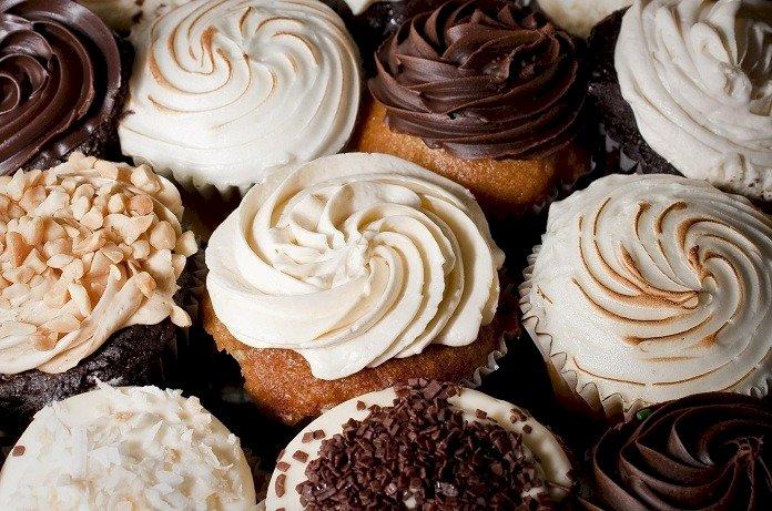 CUPCAKES ΜΕ ΠΑΓΩΤΟ - τρελό cupcakes με γλάσο και γλάσο. Ένας στενός επάνω ενός κέικ σοκολάτας σε ένα πιάτο (15×15)