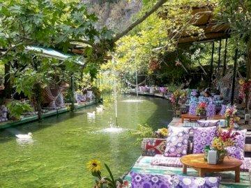 Fethiye - Türkei - oh oh oh oh oh oh oh oh o. Eine Anzeige in einem Garten. Ein großartiger Ort zum Frühstück. Eine